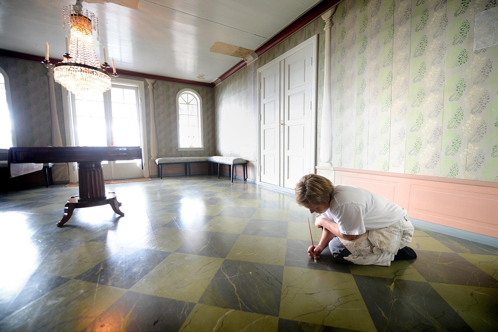 Dekormaler Anne Louise Gjør ferdigstiller hagestuen