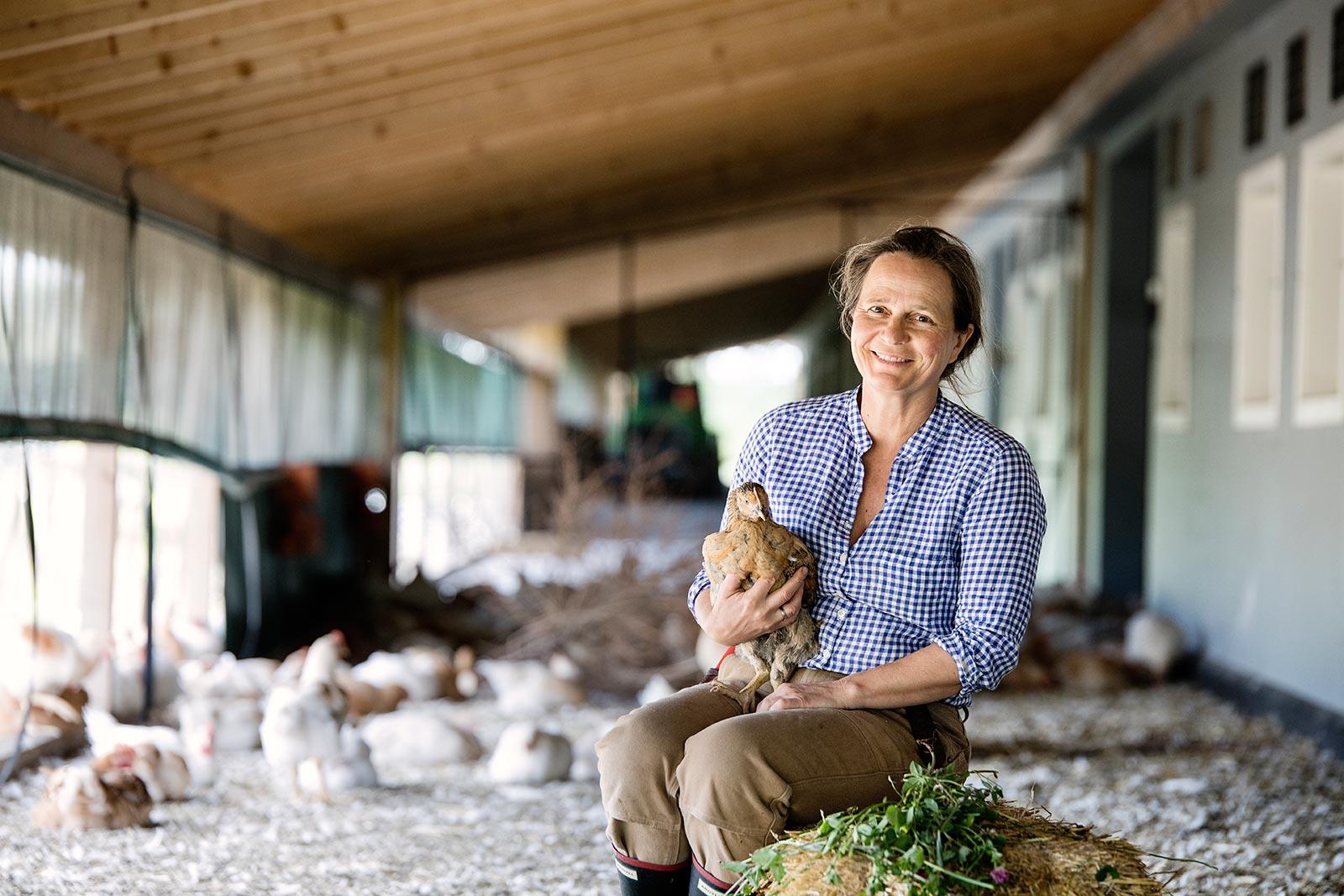 Marianne Olssøn med økologisk kylling produsert på Hovelsrud Gård